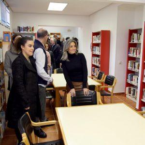 Milagros Tolón visita la ampliación de la Biblioteca Municipal del barrio de Azucaica que duplica su espacio con dos nuevas salas