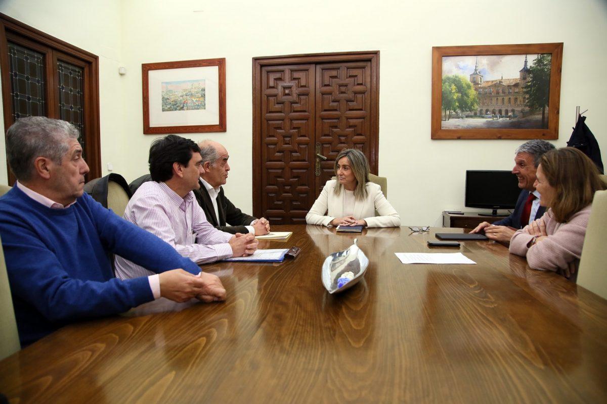 http://www.toledo.es/wp-content/uploads/2019/02/01_reunion_real_fundacion-1200x800.jpg. La alcaldesa y la Real Academia trabajan ya en actuaciones para dinamizar la economía del Casco y potenciar la población del barrio