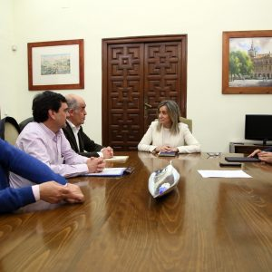 a alcaldesa y la Real Academia trabajan ya en actuaciones para dinamizar la economía del Casco y potenciar la población del barrio