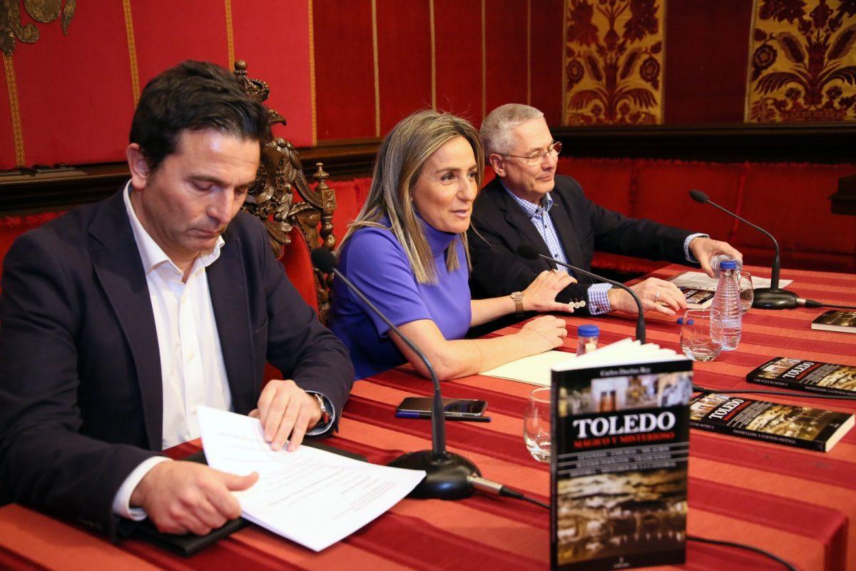 """http://www.toledo.es/wp-content/uploads/2019/02/03_libro_toledo_magico-1200x800.jpg. La alcaldesa presenta la nueva obra de Carlos Dueñas en la que refleja """"los sentimientos sobre los que se sustenta el toledanismo"""""""