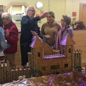 ilagros Tolón comparte la tarde con los mayores de la residencia 'Barber' y visita su exposición sobre maquetas de Toledo