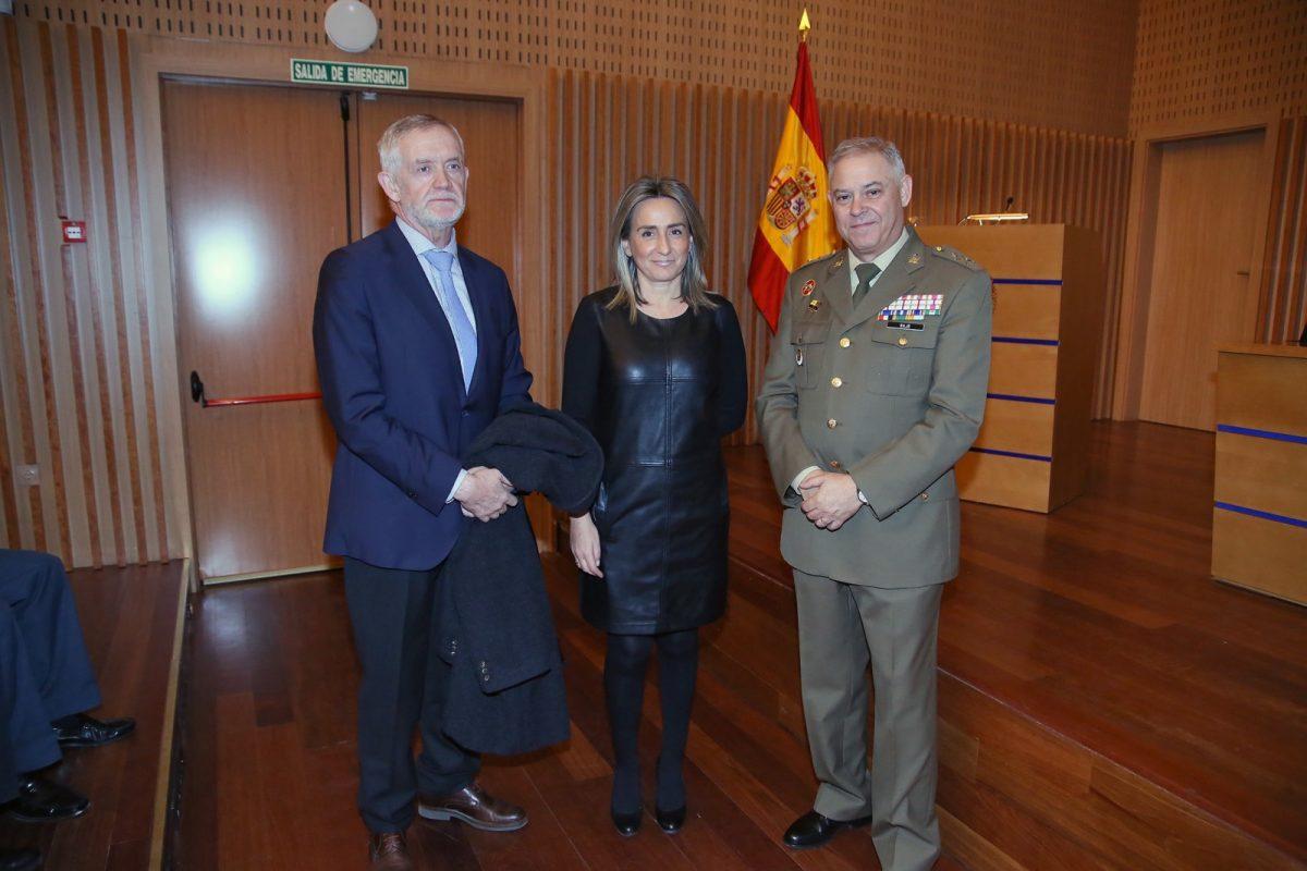 http://www.toledo.es/wp-content/uploads/2019/02/04_conferencia_bandera-1200x800.jpg. La alcaldesa asiste a la conferencia 'Normativa y Protocolo del uso de la Bandera Nacional' enmarcada en el ciclo de la muestra 'Rojo, amarillo y rojo'