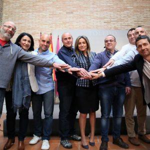 a alcaldesa firma con los sindicatos un acuerdo que recupera derechos y mejora las condiciones de los empleados municipales