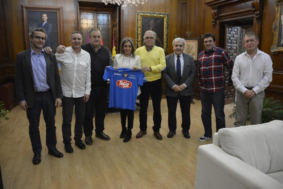 http://www.toledo.es/wp-content/uploads/2019/02/20190206_milagros-tolon-ud-santa-barbara_1-1200x800.jpg. La alcaldesa traza líneas de colaboración con la nueva UD Santa Bárbara y la cesión de una sede en la próxima legislatura