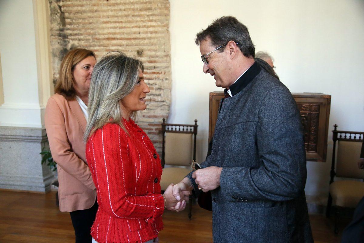 https://www.toledo.es/wp-content/uploads/2019/03/01_prsidente_estados_suizos-1200x800.jpg. La alcaldesa recibe en las Casas Consistoriales al presidente del Consejo de los Estados de Suiza en su visita oficial a España