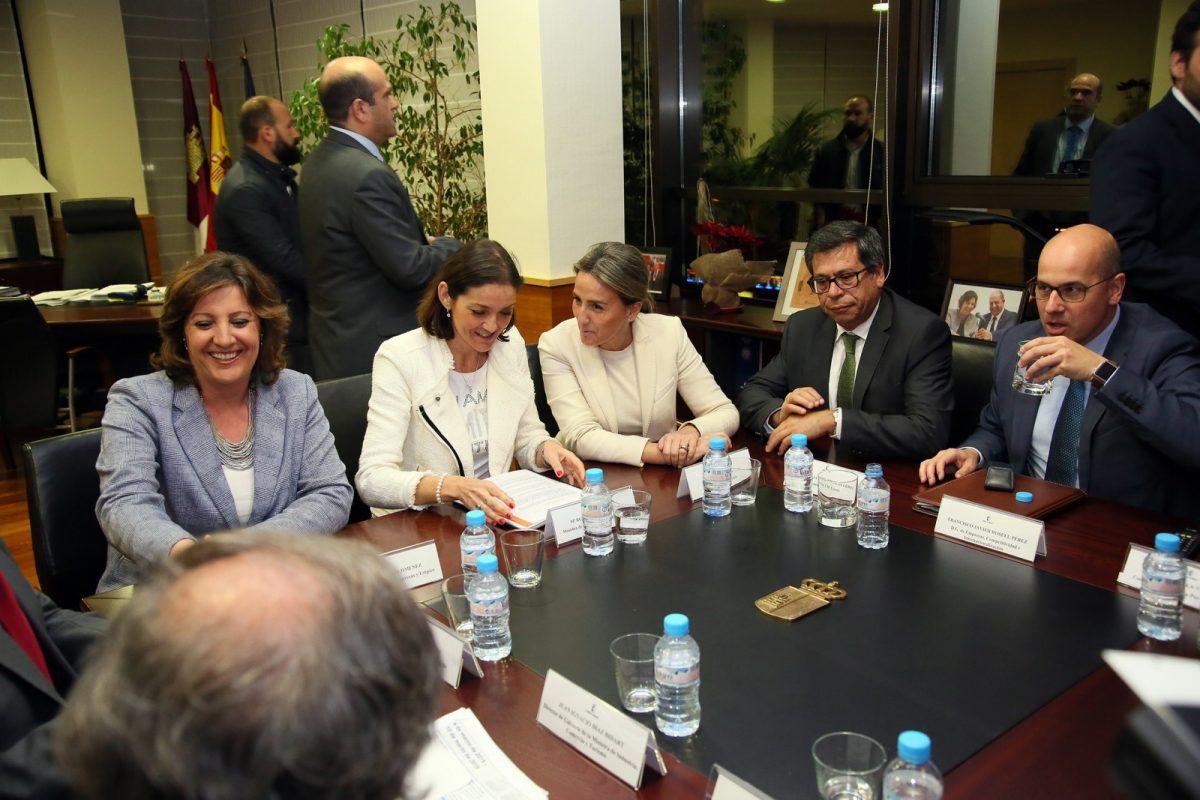 http://www.toledo.es/wp-content/uploads/2019/03/02_reunion_ministra_industria-1200x800.jpg. La alcaldesa de Toledo agradece al Gobierno de España su apoyo al proyecto del parque temático Puy du Fou