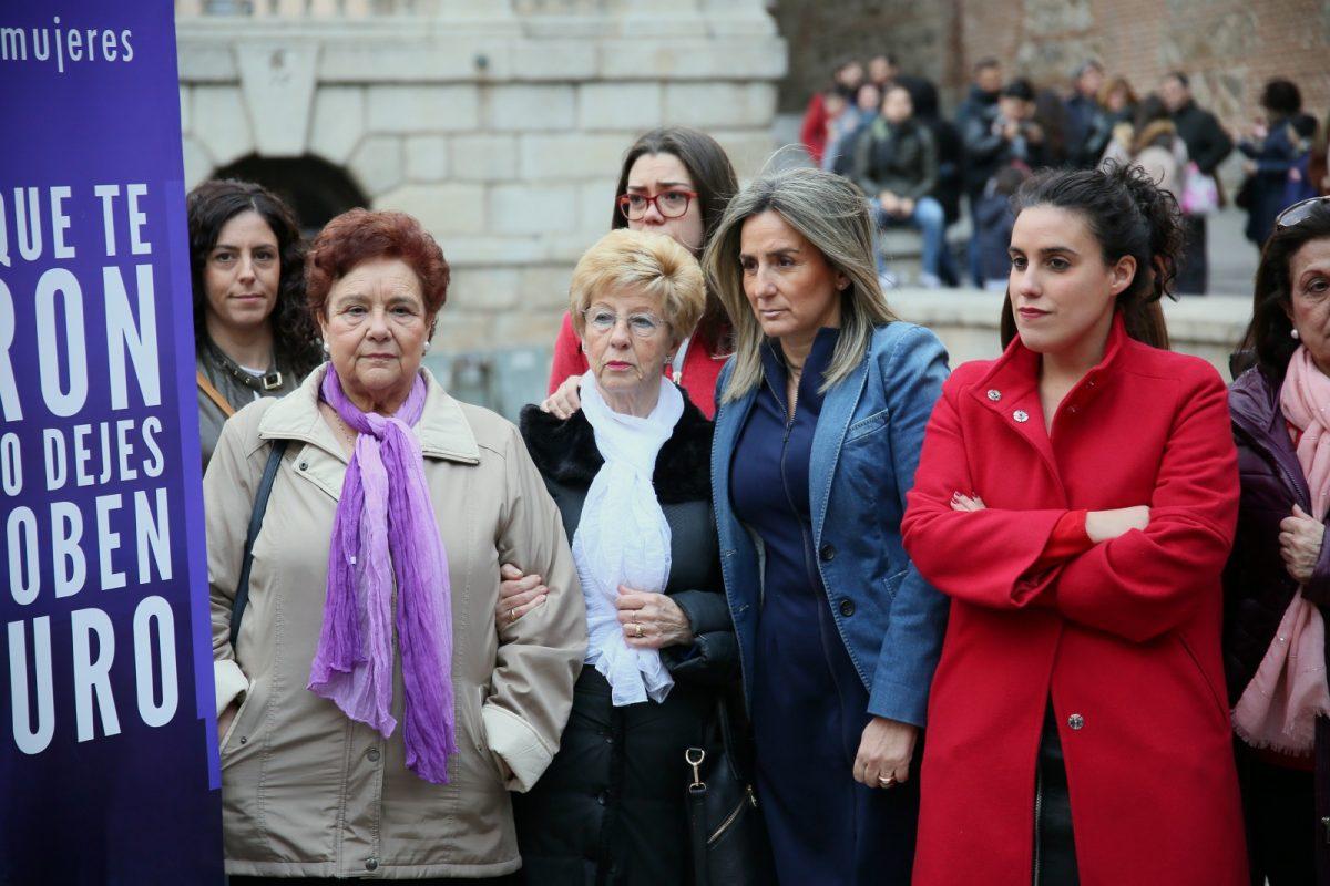 http://www.toledo.es/wp-content/uploads/2019/03/03_concentracion_m_padilla-1200x800.jpg. La alcaldesa asiste a la concentración convocada por la Asociación de Mujeres María de Padilla en la plaza del Ayuntamiento