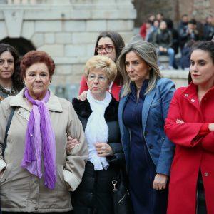 a alcaldesa asiste a la concentración convocada por la Asociación de Mujeres María de Padilla en la plaza del Ayuntamiento