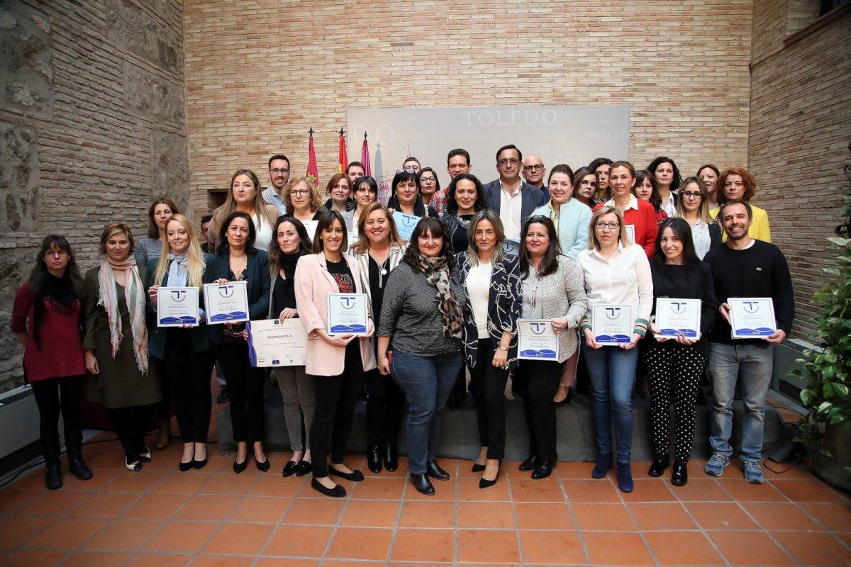 http://www.toledo.es/wp-content/uploads/2019/03/03_distinciones_sicted-1200x800.jpg. La alcaldesa entrega los distintivos del Sistema de Calidad Turística en Destino, Sicted, a 32 empresas y comparte los retos del sector