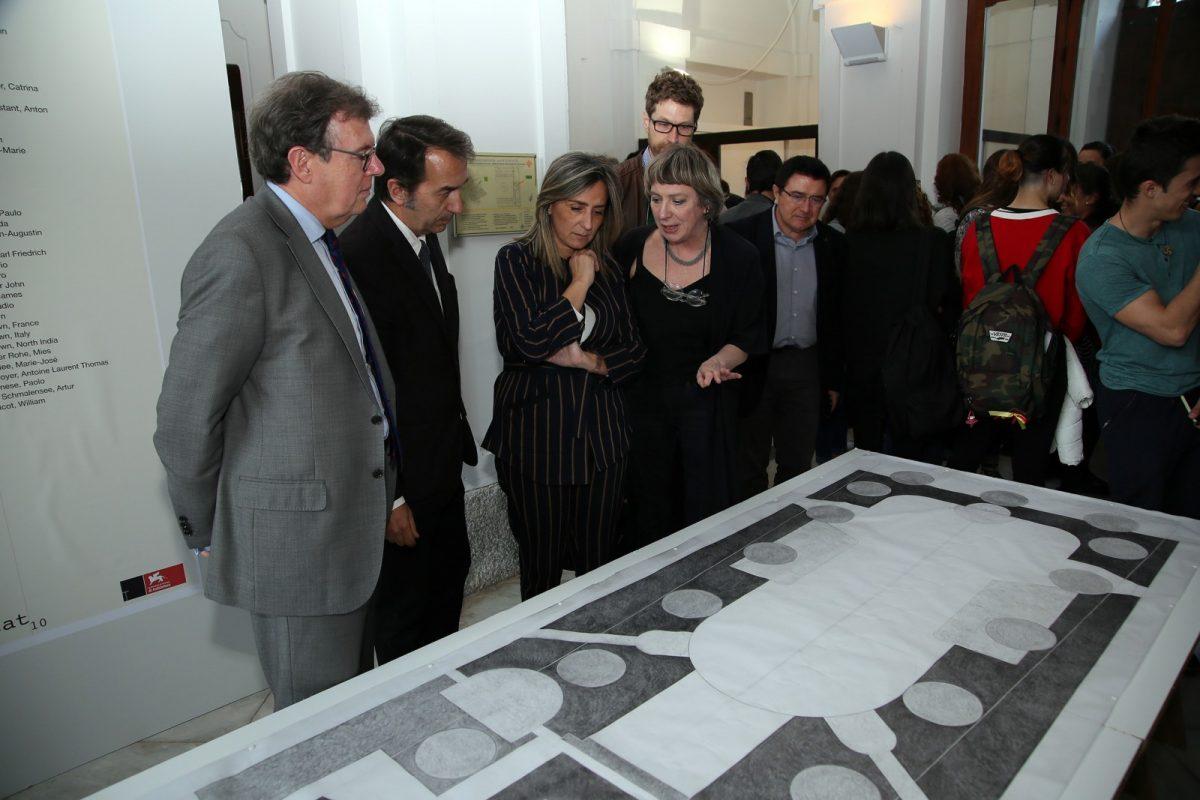 http://www.toledo.es/wp-content/uploads/2019/03/03_expo_arquitectura-1200x800.jpg. La alcaldesa respalda la actividad cultural de la Escuela de Arquitectura de la UCLM y asiste a la exposición 'Light/Line/Locus'