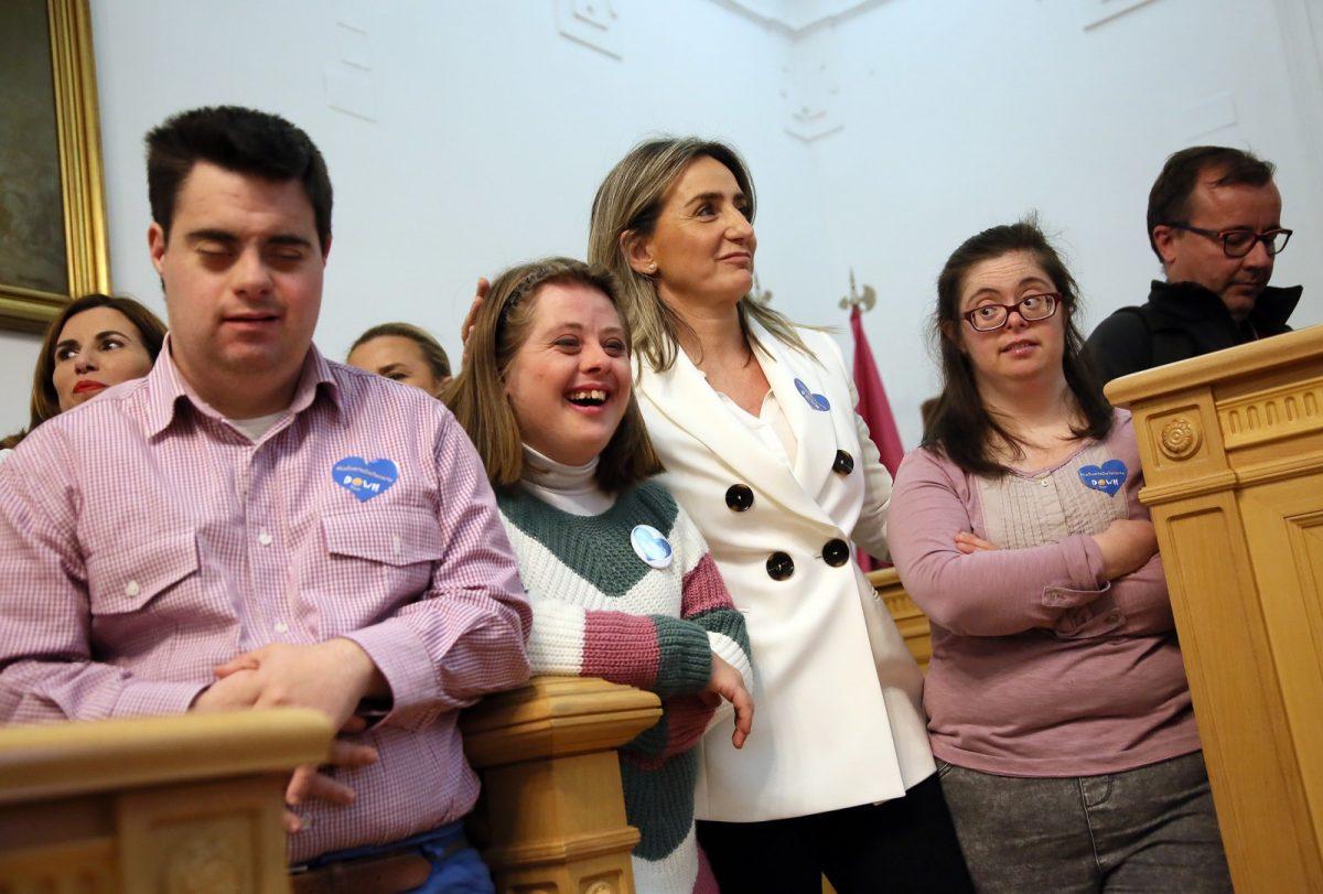 https://www.toledo.es/wp-content/uploads/2019/03/10_dia_down-1200x811.jpg. La alcaldesa preside el pleno del Día Mundial de las Personas con Síndrome de Down en el que piden apoyo para cumplir sus sueños