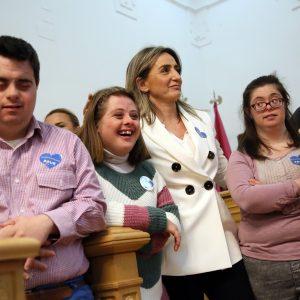 a alcaldesa preside el pleno del Día Mundial de las Personas con Síndrome de Down en el que piden apoyo para cumplir sus sueños