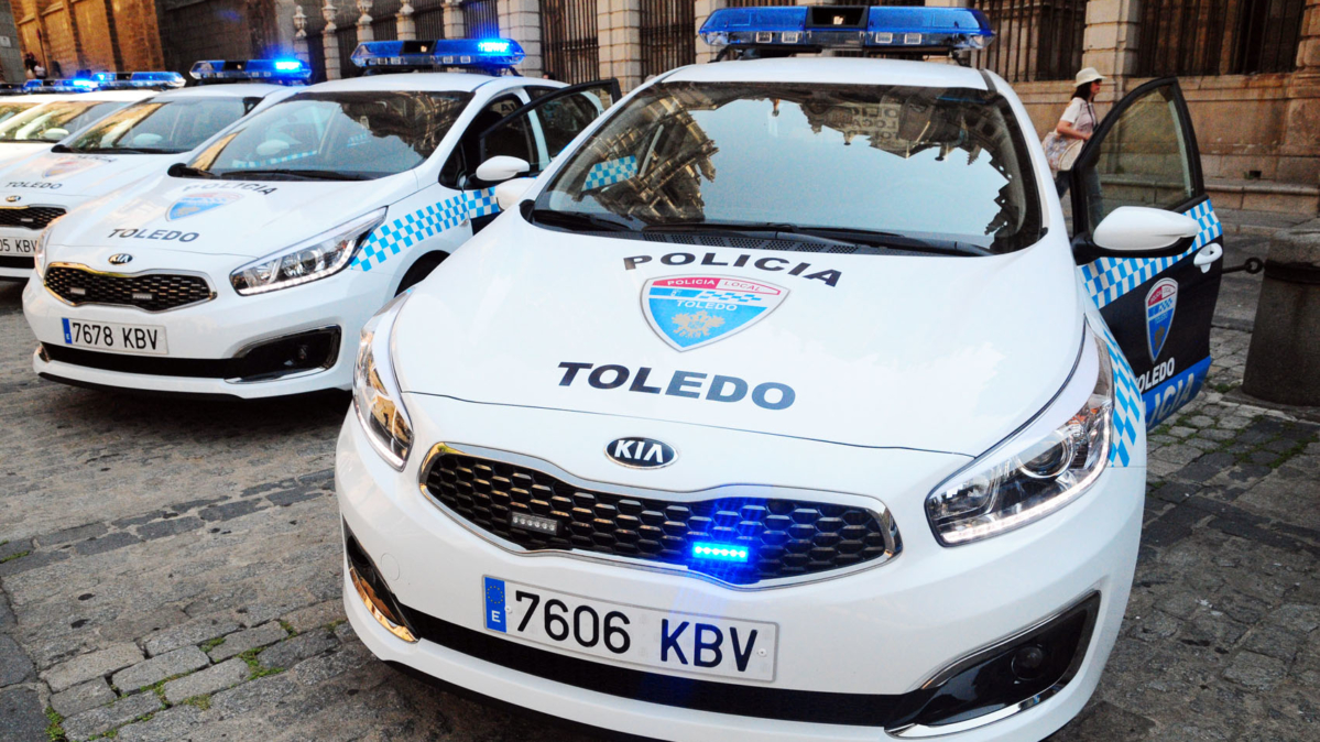 https://www.toledo.es/wp-content/uploads/2019/03/coches_policia_local-1199x674.jpg. La Policía Local denuncia a dos jóvenes a los que sorprendió pintando grafitis en la calle Reyes Católicos del Casco histórico