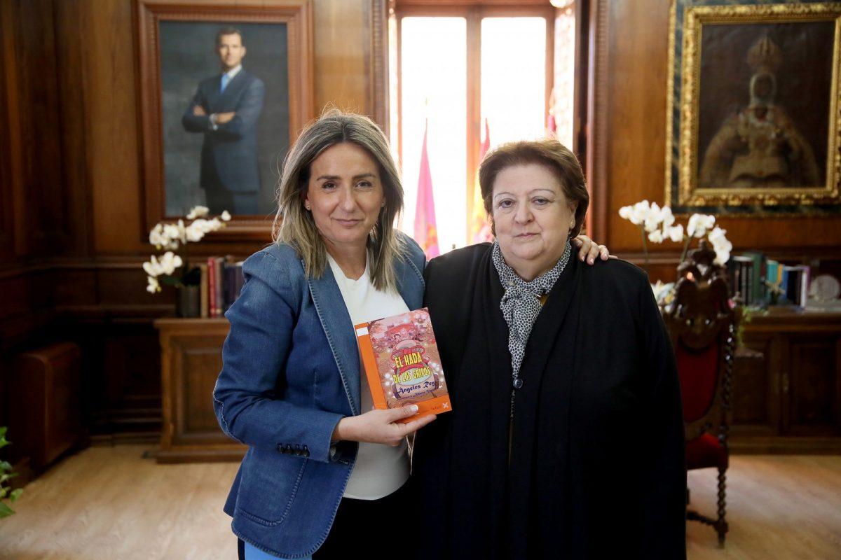 http://www.toledo.es/wp-content/uploads/2019/03/el_hada_de_los_grifos-1200x800.jpg. La alcaldesa recibe a la autora del cuento infantil 'El hada de los grifos' que persigue concienciar sobre el medio ambiente