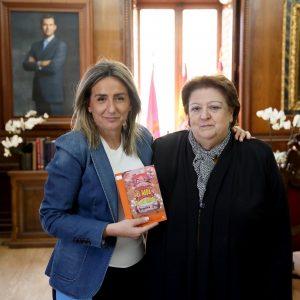 a alcaldesa recibe a la autora del cuento infantil 'El hada de los grifos' que persigue concienciar sobre el medio ambiente