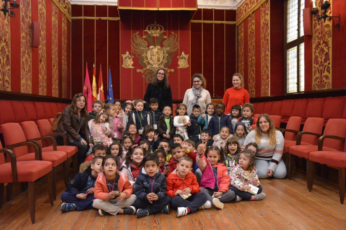 http://www.toledo.es/wp-content/uploads/2019/03/recepcion-toledo-educa-jaime-foxa-01-1200x800.jpg. Alumnos y alumnas del 'Jaime de Foxá' visitan el Ayuntamiento con 'Toledo Educa'