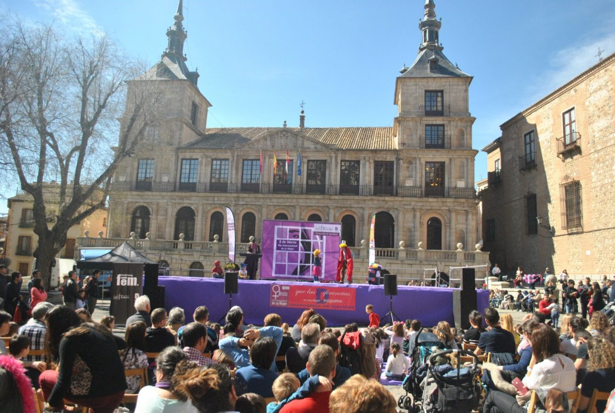 https://www.toledo.es/wp-content/uploads/2019/03/teatro-fem-19-00-1200x806.jpg. Numerosas familias se suman este sábado al espectáculo infantil del Festival FEM19 para romper con los estereotipos de género