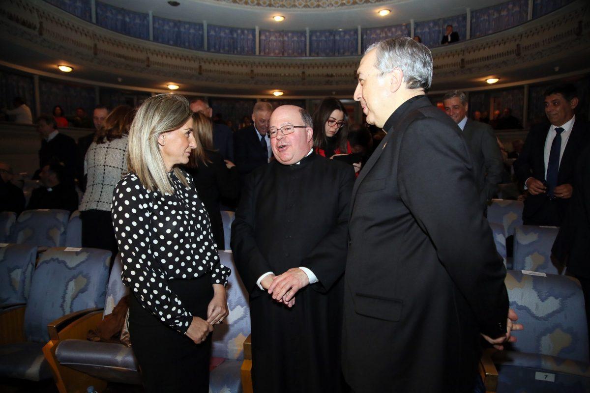 http://www.toledo.es/wp-content/uploads/2019/04/01_pregon_semana_santa-1-1200x800.jpg. La alcaldesa asiste al Pregón de la Semana Santa y felicita al Deán de la Catedral por su condición de pregonero de este año