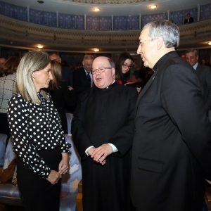 a alcaldesa asiste al Pregón de la Semana Santa y felicita al Deán de la Catedral por su condición de pregonero de este año