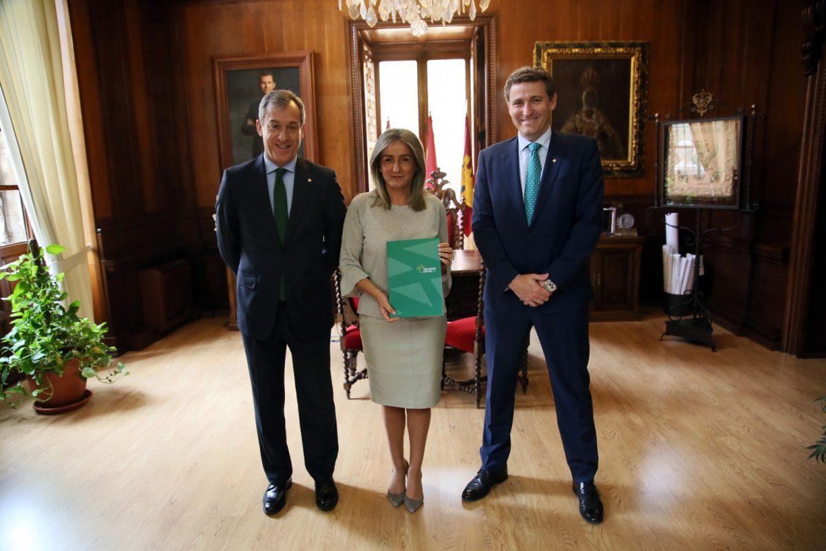 """http://www.toledo.es/wp-content/uploads/2019/04/01_reunion_caja_rural-1200x800.jpg. La alcaldesa de Toledo recibe el Informe Anual de Eurocaja Rural y destaca la """"gestión rigurosa"""" de sus responsables"""