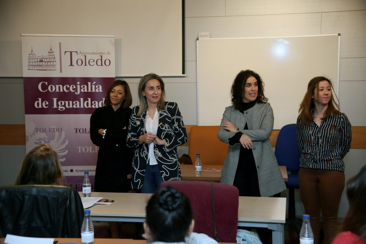 http://www.toledo.es/wp-content/uploads/2019/04/03_curso_emprendimiento_mujer-1200x800.jpg. La alcaldesa anima a las alumnas del taller de autoempleo 'Gira Mujeres' a empoderarse y poner en marcha sus ideas de negocio