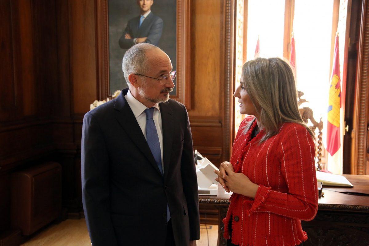 http://www.toledo.es/wp-content/uploads/2019/04/04_embajador_isrrae-1200x800.jpg. La alcaldesa recibe al embajador de Israel en España en el marco de la V edición del Concurso Internacional de Microrrelatos de la Fundación César Egido