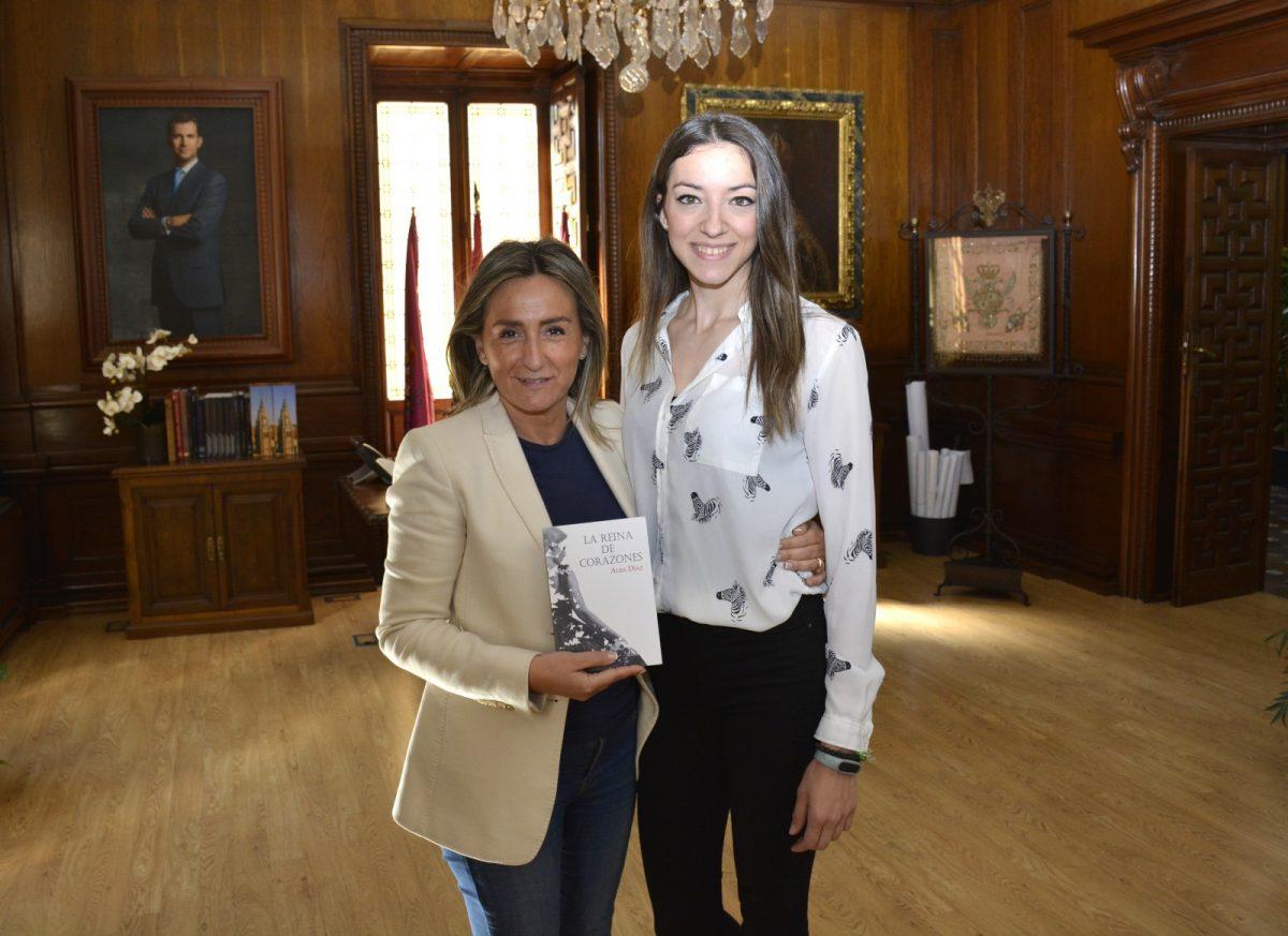 http://www.toledo.es/wp-content/uploads/2019/04/04_libro_alba_diaz-1200x873.jpg. La alcaldesa recibe a la escritora toledana Alba Díaz que presenta su libro 'La reina de corazones' el 10 de mayo en la Biblioteca Regional