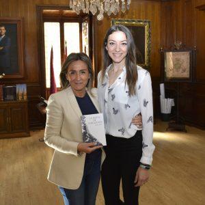 a alcaldesa recibe a la escritora toledana Alba Díaz que presenta su libro 'La reina de corazones' el 10 de mayo en la Biblioteca Regional