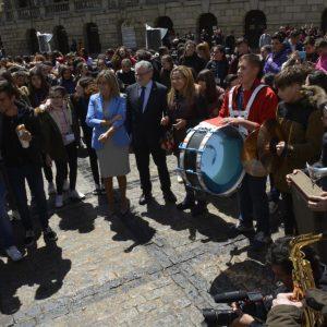a alcaldesa asiste a las III Jornadas 'Los profes y sus orquestas' que llenan el Casco Histórico de música en directo y coreografías