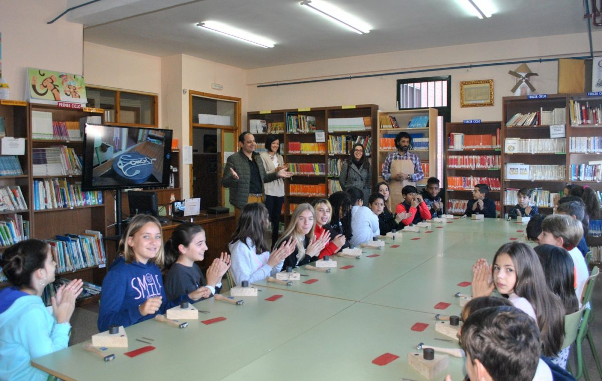http://www.toledo.es/wp-content/uploads/2019/04/taller-damasquinado-01-1200x759.jpg. Los escolares del colegio 'Santa Teresa' se acercan a la artesanía toledana gracias a los talleres de damasquinado de 'Toledo Educa'