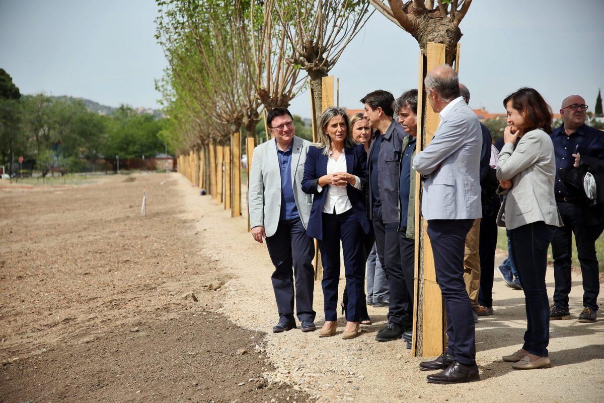 http://www.toledo.es/wp-content/uploads/2019/05/17_senda_moreras-1200x800.jpg. La alcaldesa señala que la nueva senda peatonal de Vega Baja es el primer paso para integrar el yacimiento arqueológico en la ciudad
