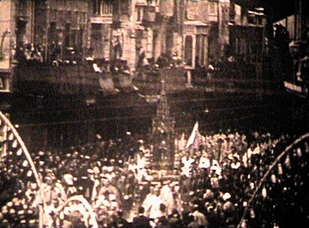 http://www.toledo.es/wp-content/uploads/2019/06/02_pathe-gazette_la-custodia-de-arfe-atraviesa-por-primera-vez-la-plaza-de-zocodove-1-1200x886.jpg. EL CORPUS DE TOLEDO. SUS PRIMERAS IMÁGENES FÍLMICAS (1928)
