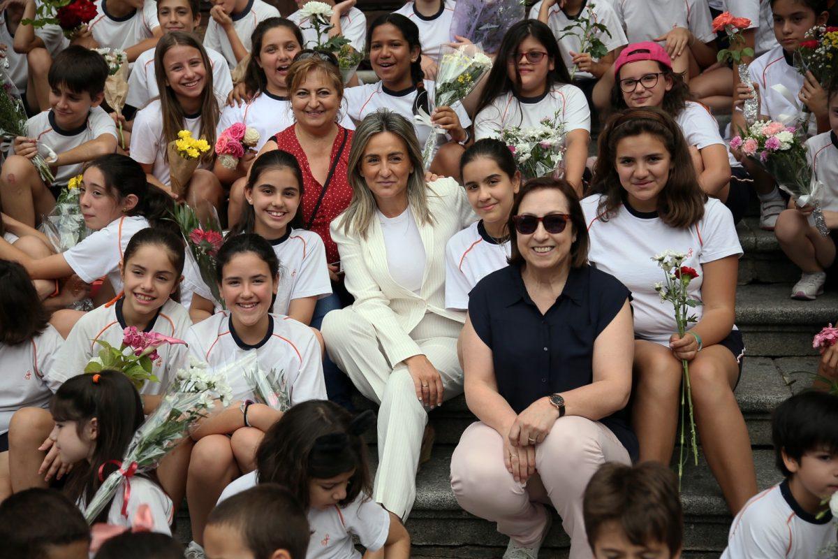 http://www.toledo.es/wp-content/uploads/2019/06/04_ofrenda_floral-1200x800.jpg. La alcaldesa participa en la ofrenda floral del Corpus en la Catedral junto a más de 1.200 escolares de 23 colegios de la capital regional