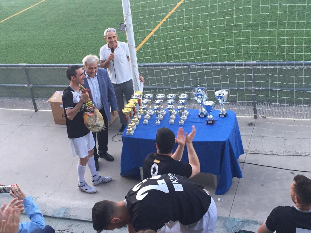 https://www.toledo.es/wp-content/uploads/2019/06/20190607_ganador-division-de-honor-liga-municipal-futbol-7.jpeg. El JH Training se alza con la copa de la XIV Liga Municipal de Fútbol 7 organizada por el Patronato Deportivo Municipal