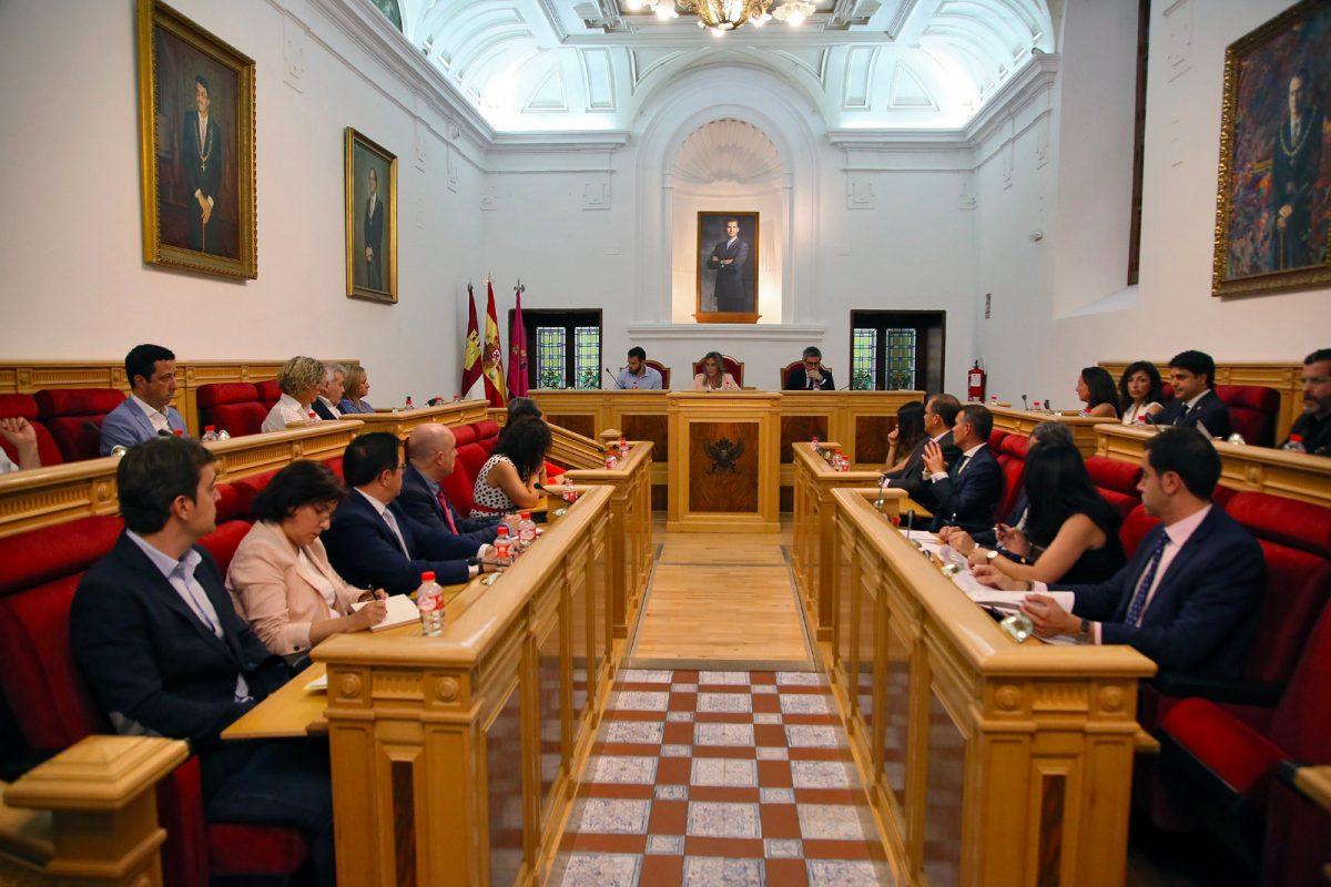http://www.toledo.es/wp-content/uploads/2019/06/pleno-1-1200x800.jpeg. La Corporación Municipal aprueba en Pleno por unanimidad las propuestas para el funcionamiento del Ayuntamiento