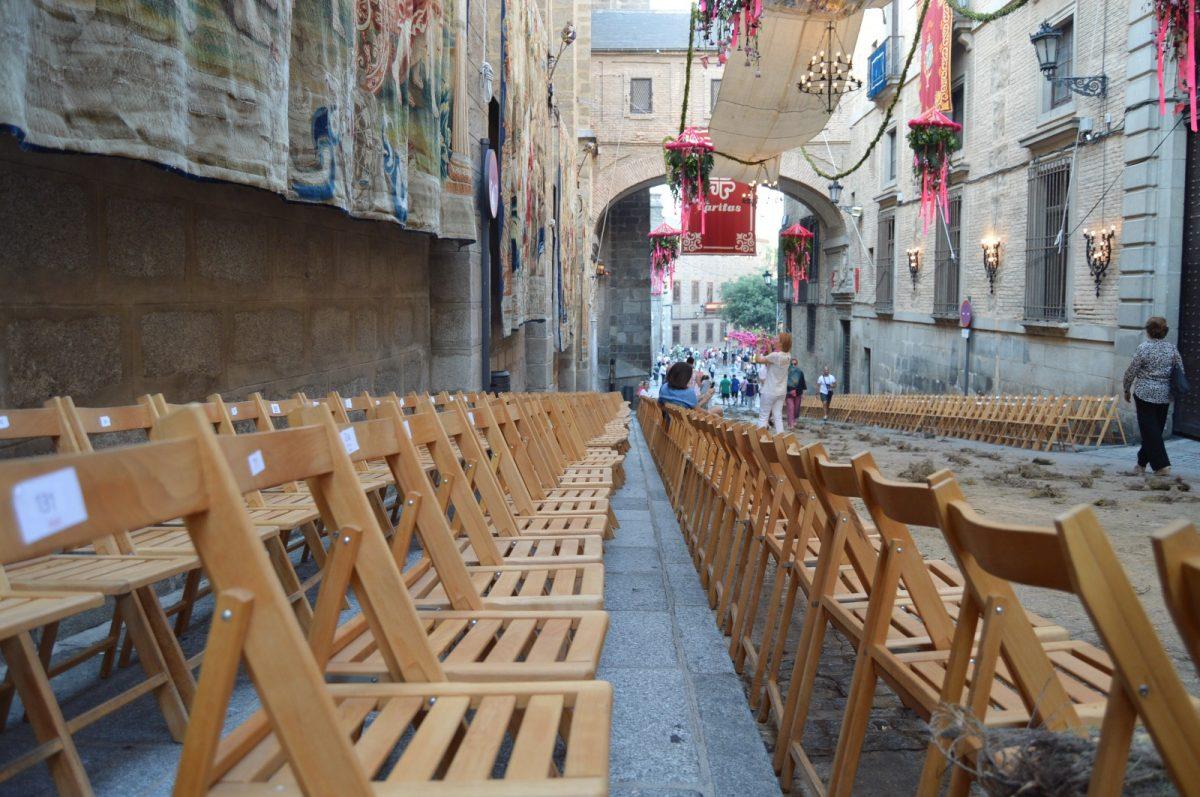 https://www.toledo.es/wp-content/uploads/2019/06/sillas-corpus-1200x797.jpeg. Este lunes, día 10, salen a la venta a través de internet y de manera presencial las 2.500 sillas para la procesión del Corpus Christi