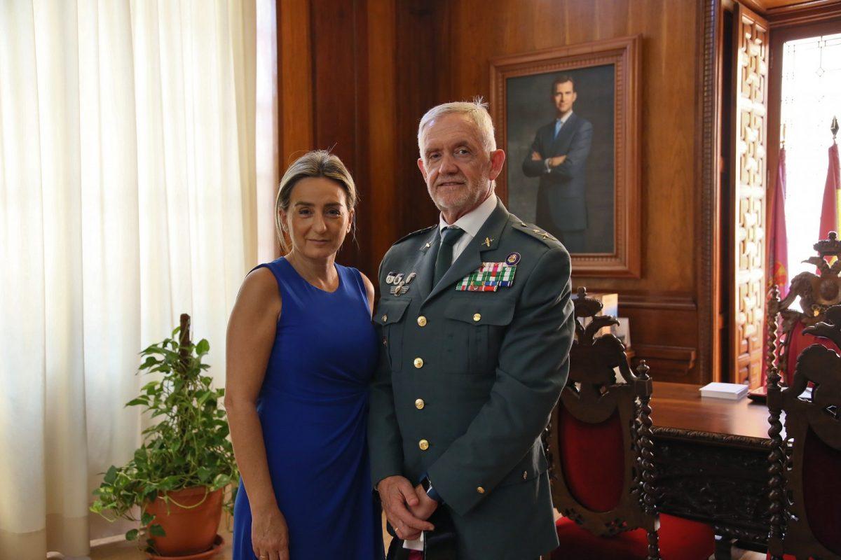 https://www.toledo.es/wp-content/uploads/2019/07/01_despedida_general_llamas-1200x800.jpg. La alcaldesa reconoce la labor del general de la Guardia Civil al frente de la jefatura regional y le desea éxitos en su nuevo destino
