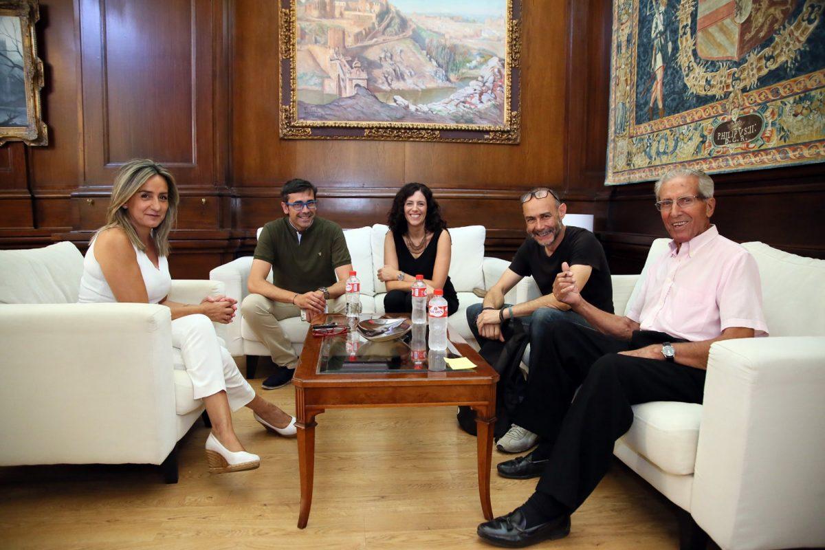 https://www.toledo.es/wp-content/uploads/2019/07/01_reunion_escultor_bahamontes-1200x800.jpg. La alcaldesa confirma que la escultura de Bahamontes regresará al Miradero antes del 13 de septiembre para la Vuelta Ciclista a España