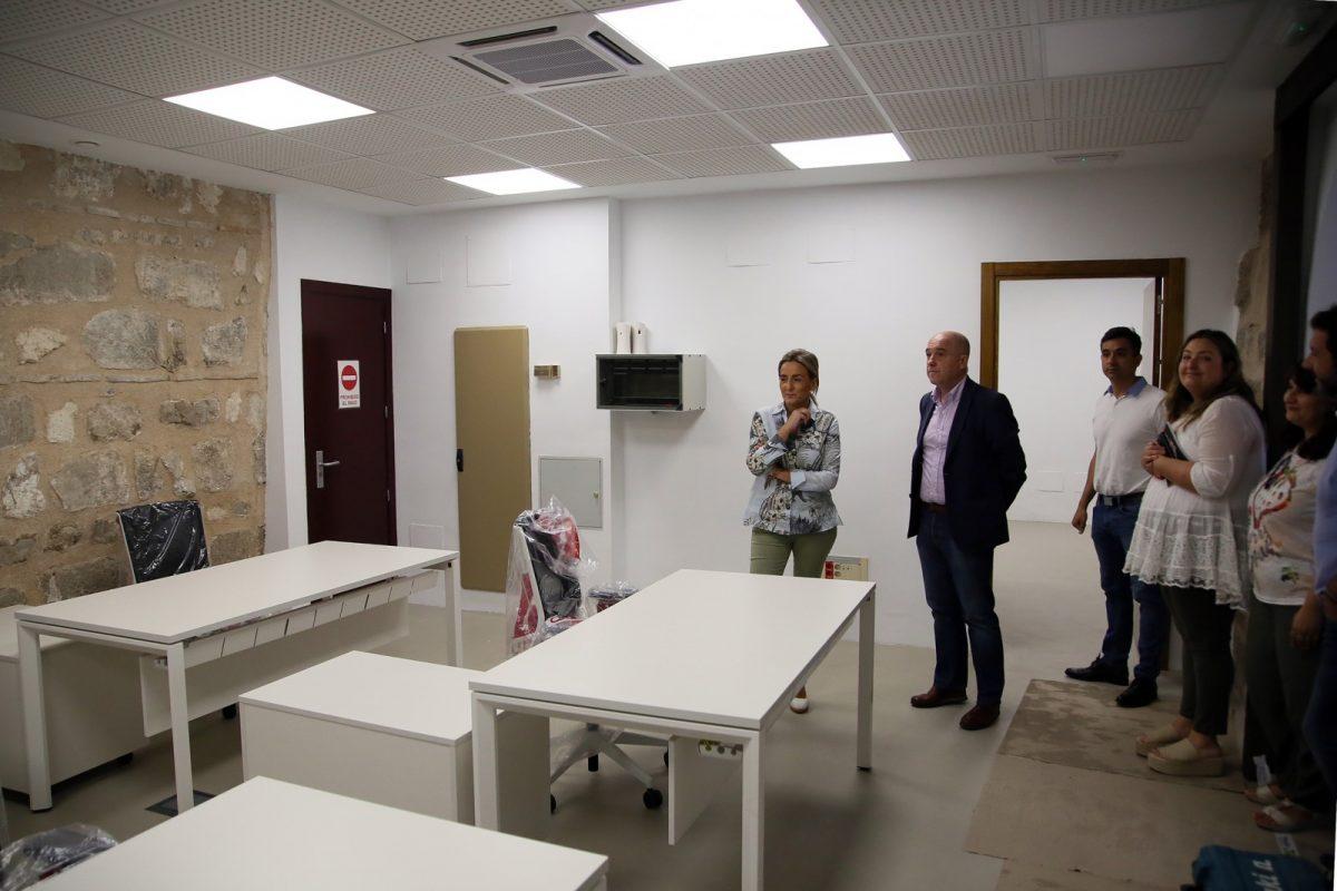 https://www.toledo.es/wp-content/uploads/2019/07/02_oficinas_informacion_turismo_ayto-1200x800.jpg. Las obras de mejora de la Oficina de Turismo del Ayuntamiento dan paso a la instalación del mobiliario antes de su reapertura