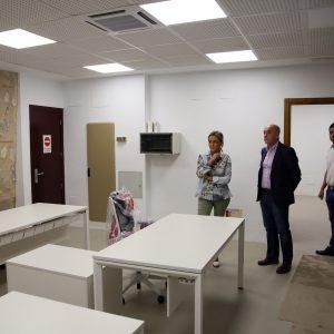 as obras de mejora de la Oficina de Turismo del Ayuntamiento dan paso a la instalación del mobiliario antes de su reapertura