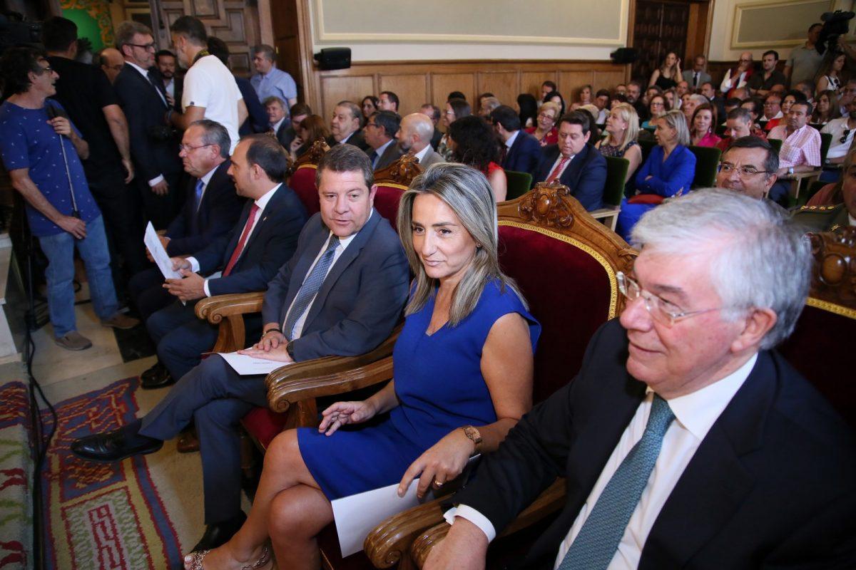http://www.toledo.es/wp-content/uploads/2019/07/03_toma_posesion_alvaro_gutierrez-1200x800.jpg. Milagros Tolón felicita a Álvaro Gutiérrez en el pleno de constitución de la nueva Corporación Provincial