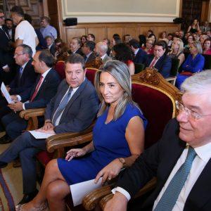 ilagros Tolón felicita a Álvaro Gutiérrez en el pleno de constitución de la nueva Corporación Provincial