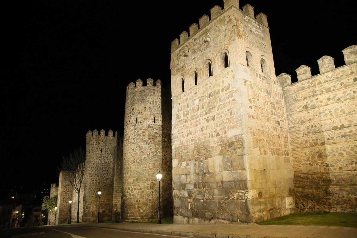 https://www.toledo.es/wp-content/uploads/2019/07/04_iluminacion_murallas-1200x800.jpg. La iluminación artística monumental permanecerá activa todas las noches para impulsar el desarrollo económico a través del turismo