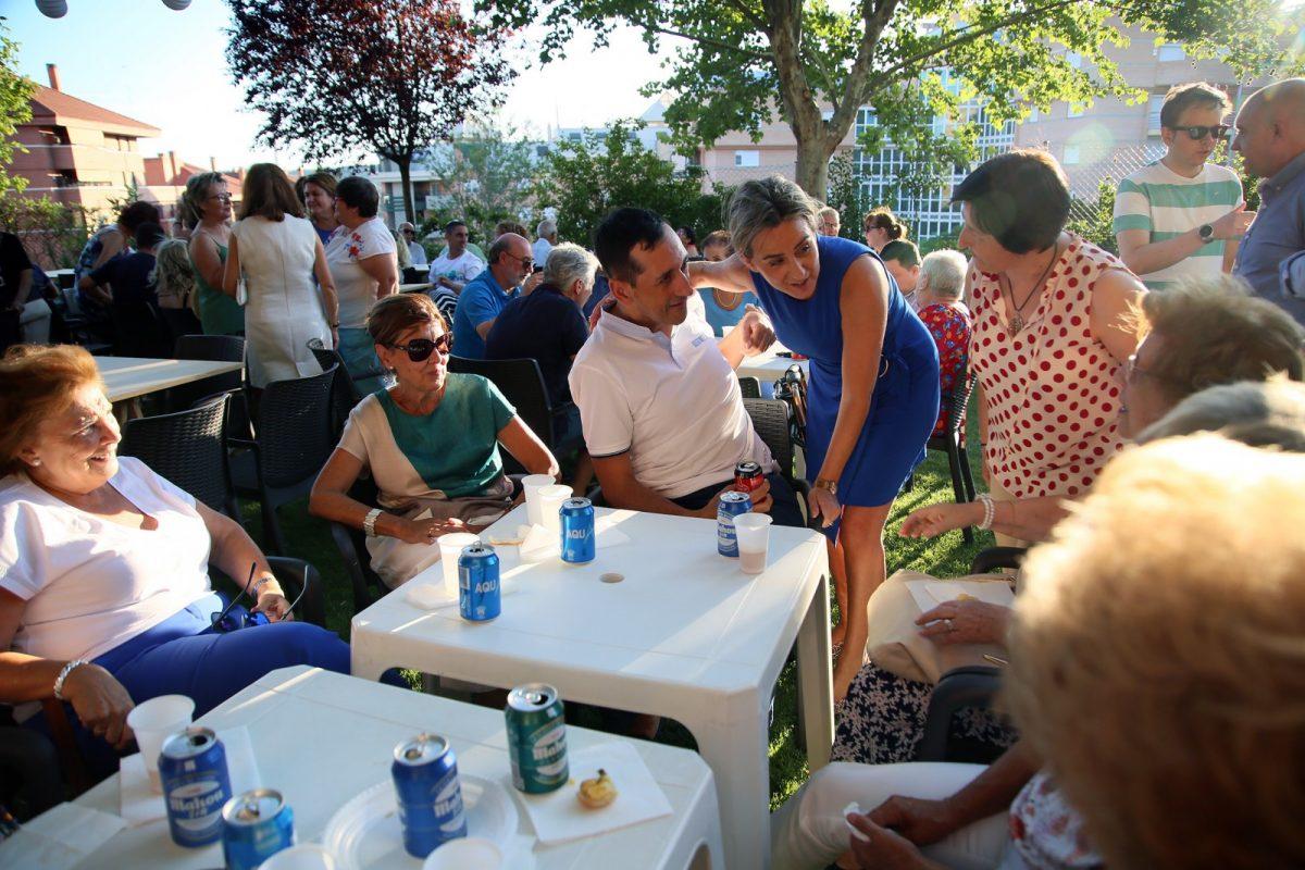 https://www.toledo.es/wp-content/uploads/2019/07/06_apanas-1200x800.jpg. Milagros Tolón asiste a la tradicional fiesta de verano de Apanas interesándose por los proyectos e iniciativas de esta entidad social