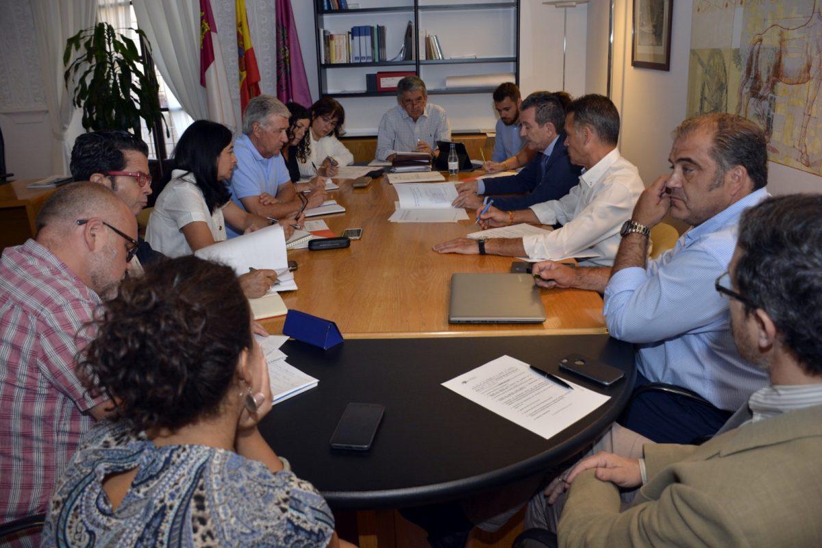 """http://www.toledo.es/wp-content/uploads/2019/07/comision_urbanismo-1200x800.jpg. El Gobierno local """"seguirá trabajando para atraer empresas que generen riqueza y empleo para Toledo y para los toledanos"""""""