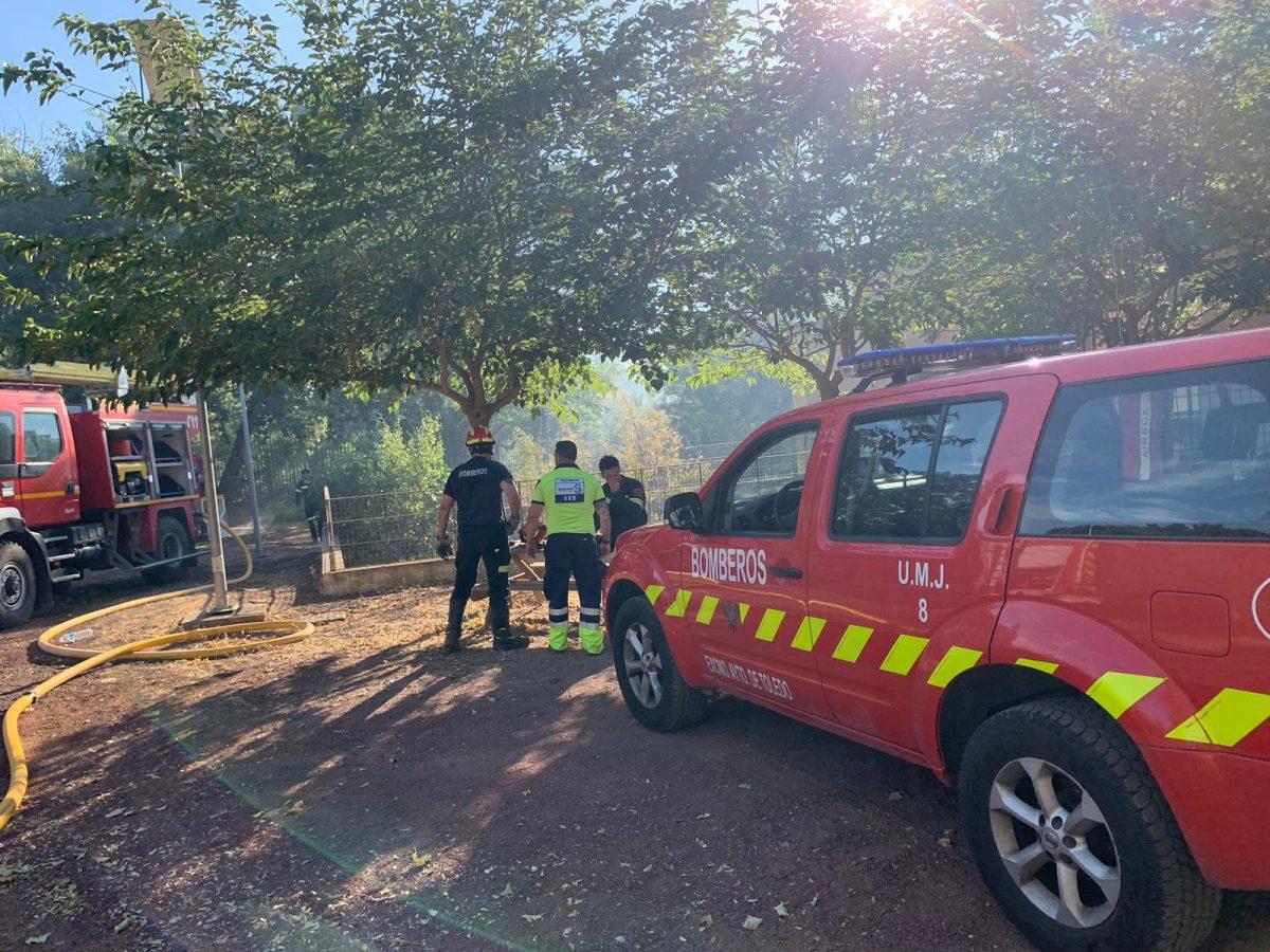https://www.toledo.es/wp-content/uploads/2019/07/incendio-3-1200x900.jpeg. Un bombero municipal resulta herido en las tareas de rescate de un menor en el incendio registrado detrás de la Fábrica de Armas