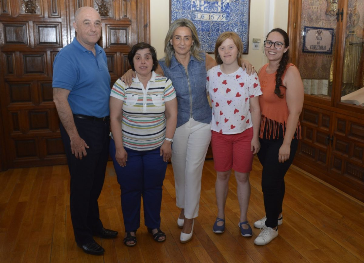 https://www.toledo.es/wp-content/uploads/2019/07/milagros-tolon_programa-practicas-inclusion_1-1200x869.jpg. La alcaldesa comparte la jornada con empleadas en prácticas en el Ayuntamiento de la Asociación Down Toledo