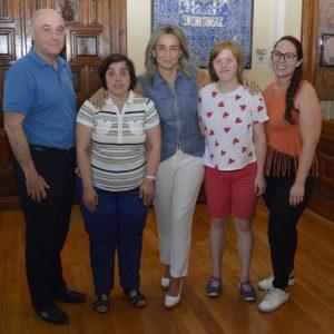 a alcaldesa comparte la jornada con empleadas en prácticas en el Ayuntamiento de la Asociación Down Toledo