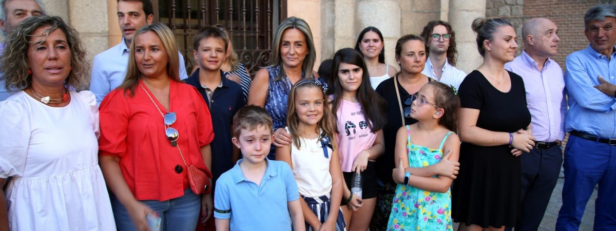 La alcaldesa acompañada de los chicos y…