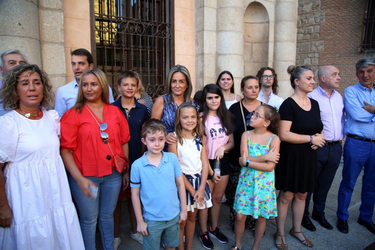http://www.toledo.es/wp-content/uploads/2019/08/03_inaugiracion_fiestas-1200x800.jpg. La alcaldesa acompañada de los chicos y chicas de Apandapt inauguran la Feria de Agosto desde la balconada del Ayuntamiento